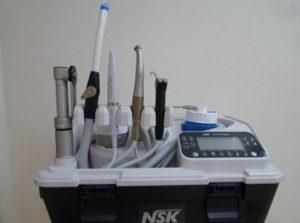 訪問診療時に使用するユニットです。ほぼ、診療室と同じように虫歯を治療したりするこ とが可能です。